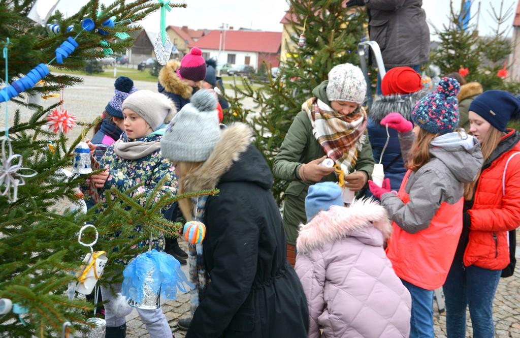 Choinkowe szaleństwo na Rynku w Daleszycach